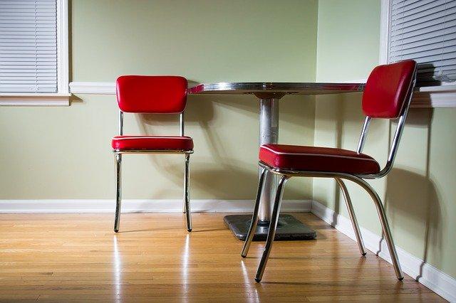 Z jakich względów warto wybrać meble z metalu do salonu?