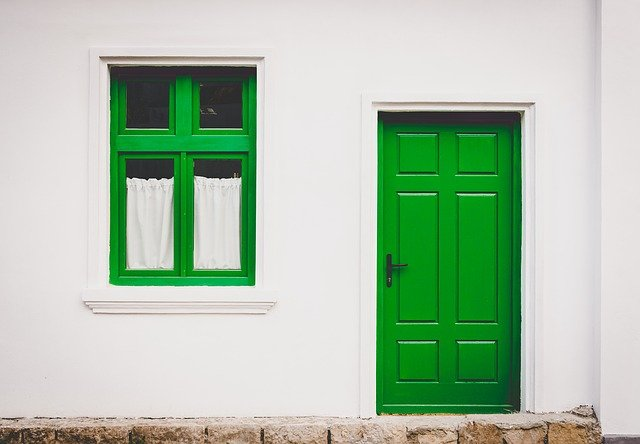 Szklane drzwi – zalety, gdzie pasują, gdzie je kupić?